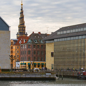 Kopenhaga (Dania). Panorama na Christianshavn z widoczna wieza kosciola Church of Our Saviour