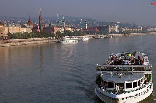 Budapeszt, statki turystyczne na Dunaju