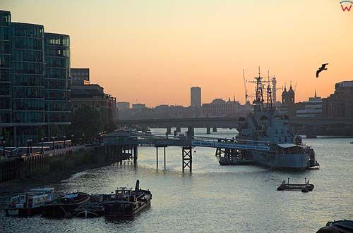 Londyn. Zachód słońca nad Tamizą.
