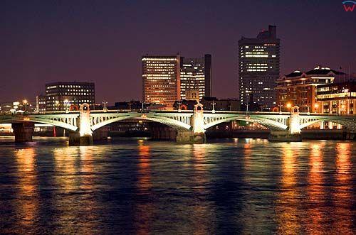 Londyn. Tower Bridge w nocnej luminacji.