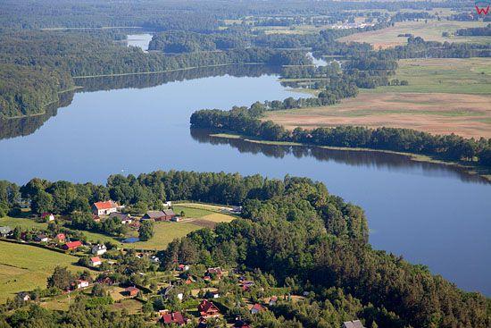 Lotnicze. PL, warm-maz. Jezioro Ruda Woda, panorama przez wies Winiec.