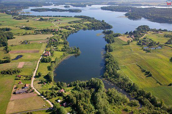Lotnicze. PL, warm-maz. Jezioro Narie, panorama na wies Kretowiny.