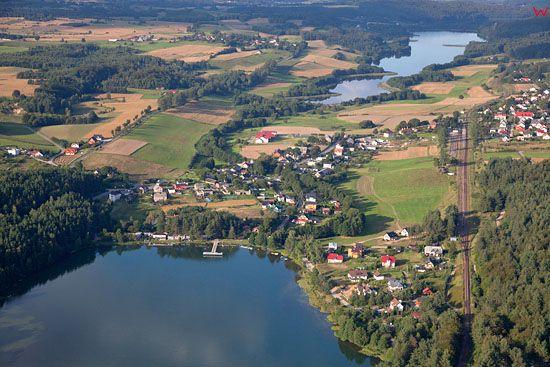Lotnicze, EU, PL, Pomorskie. Kaszubski Park Krajobrazowy. Wies Golubie z widocznymi jeziorami Dabrowskim i Potulskim.