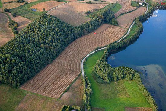 Lotnicze, EU, PL, Pomorskie. Kaszubski Park Krajobrazowy. Jezioro Radunskie Dolne w okolicy wsi Chmielonko.