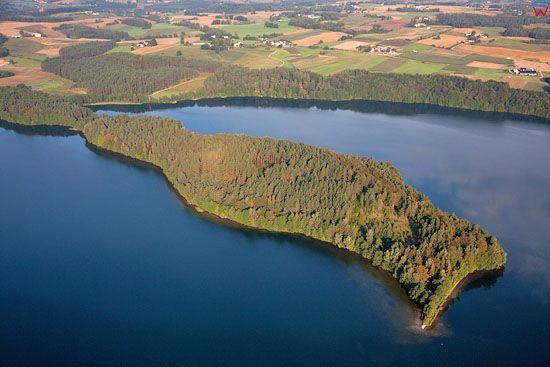 Lotnicze, EU, PL, Pomorskie. Kaszubski Park Krajobrazowy. Polwysep na jeziorze Radunskim Dolnym.