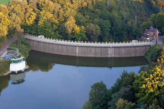 Jezioro Zlotnickie - zbiornik zaporowy na rzece Kwisa. EU, Pl, Dolnoslaskie. Lotnicze.
