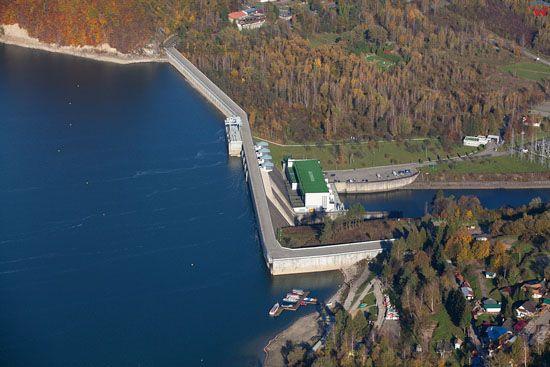Jezioro Solinskie z widoczna zapora. EU, Pl, podkarpackie. Lotnicze.