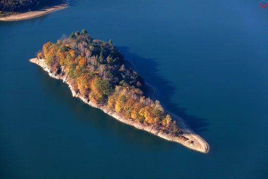 Jezioro Solinskie, Wyspa Skalista. EU, Pl, podkarpackie. Lotnicze.