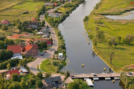 Nowakowo z przepywajaca rzeka Elblag. EU, Pl, Warm-Maz. LOTNICZE.