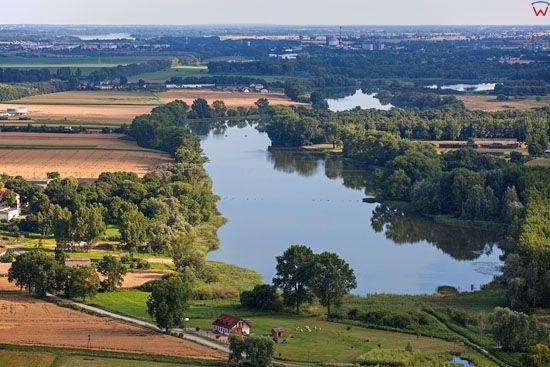 Kruszwica. Panorama na jezioro Goplo od strony S. EU, Pl, Kujawsko-Pomorskie. LOTNICZE.