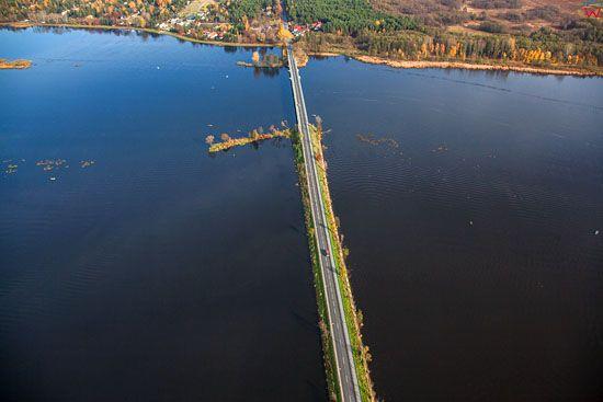 Rzeka Narew, most w Serocku bedacy jednoczesnie droga krajowa nr 62. EU, PL, Mazowieckie. LOTNICZE.