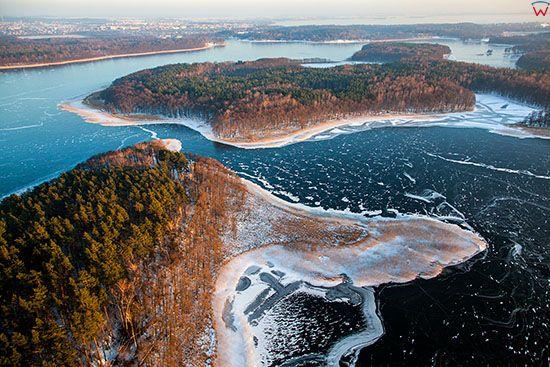 Jezioro Kisajno w zimowej scenerii z panorama na Sosnowy i Duzy Ostrow. EU, PL, Warm-Maz. Lotnicze.