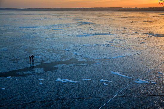 Jezioro Niegocin, spacer po tafli lodu w okolicy Gizycka. EU, PL, Warm-Maz. Lotnicze.