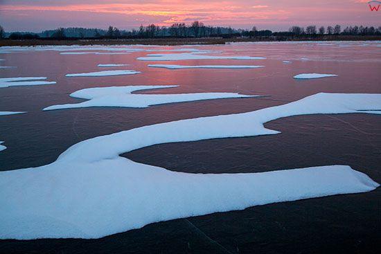 Jezioro Kinkajmskie, zachodzace slonce odbijajace sie od tafli lodu tworzy niecodzienne widowisko. EU, PL, Warm-Maz.