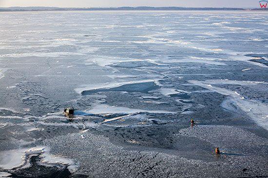 Jezioro Sniardwy, wedkarze na tafli lodu. EU, Pl, Warm-Maz. Lotnicze.