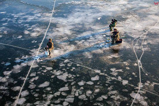 Jezioro Sniardwy zimowa pora, wedkarze lowiacy na tafli lodu. EU, Pl, Warm-Maz. Lotnicze.