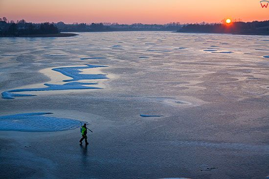 Jezioro Lawki, wedkarz spacerujacy po tafli zamarznietego jeziora. EU, PL, Warm-Maz, Lotnicze.