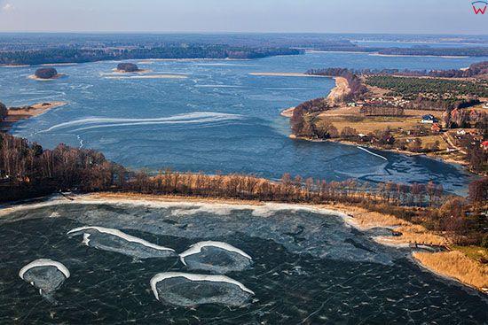 Jezioro Jeziorak droga laczaca Wyspe Bukowiec z ladem. EU, PL, Warm-Maz. Lotnicze.