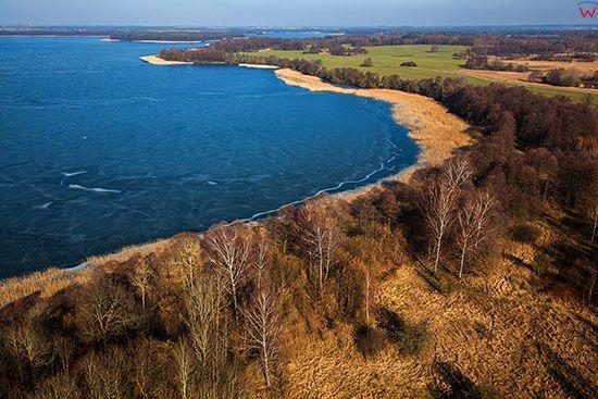 Jezioro Jeziorak pokryte lodem. EU, PL, Warm-Maz. Lotnicze.