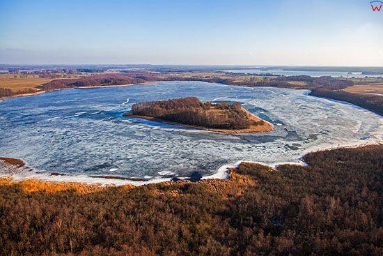 Jezioro Rzucewo Male pokryte lodem. EU, PL, Warm-Maz. Lotnicze.