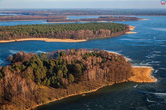 Jezioro Jeziorak pokryte warstwa lodu. EU, PL, Warm-Maz. Lotnicze.
