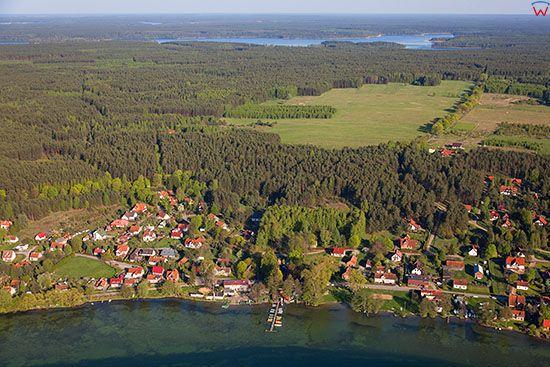 Zielonowo, panorama na wies polozona nad jeziorem Pluszne. EU, PL, Warm-Maz. Lotnicze.