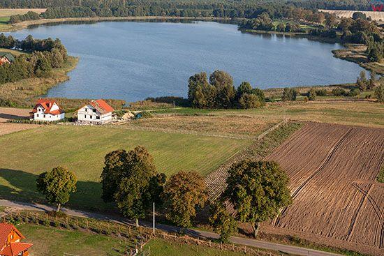 Jezioro Kolmowo kolo Chelmzycy. EU, PL, Warm-Maz. Lotnicze.