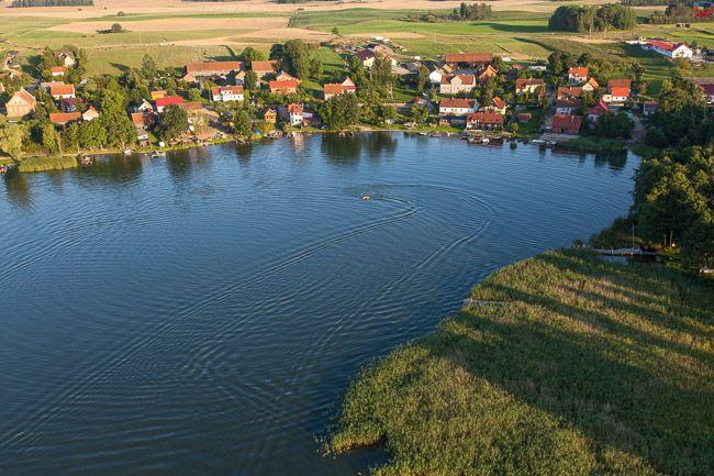 Rybical, zatoka na jeziorze Rynskim. EU, PL, Warm-Maz. Lotnicze.