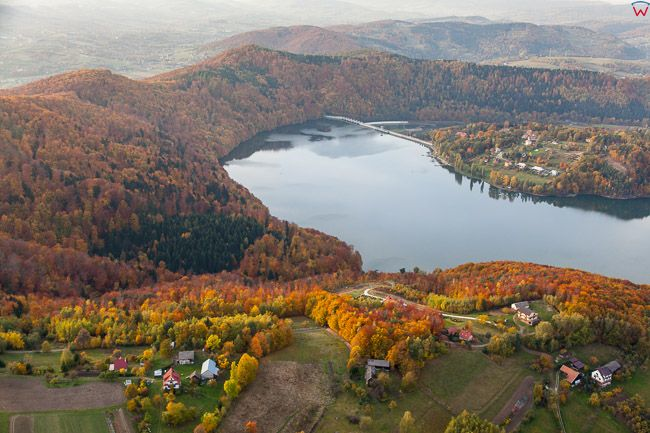 Jezioro Roznowskie z panorama w kierunku zapory. EU, Pl,, Malopolskie. Lotnicze.