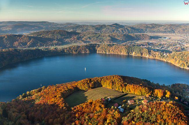Jezioro Roznowskie, panorama na Roznow. EU, Pl, Malopolskie. Lotnicze.