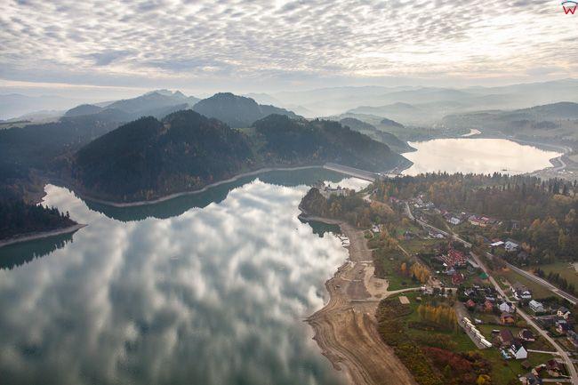 Jezioro Czorsztynskie z panorama w kierunku Pienin. EU, PL, Malopolskie. Lotnicze.