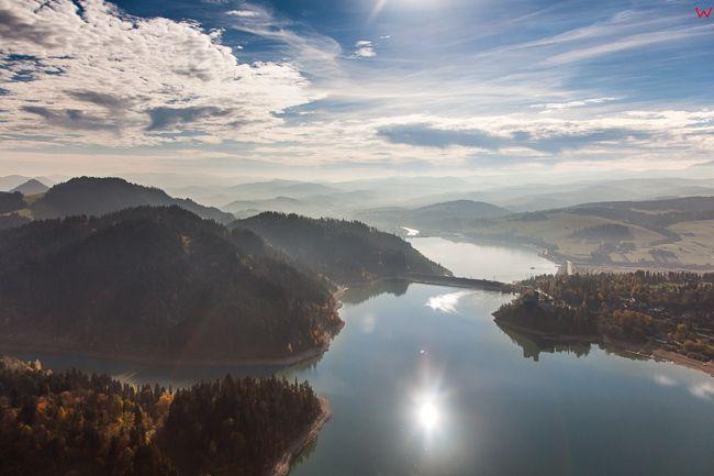 Jezioro Czorsztynskie z panorama na Pieniny i zapore Niedzica. EU, PL, Malopolska. Lotnicze.