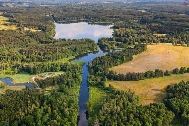 Lyna wyplywajaca z jeziora Mosag. EU, PL, warm-maz. Lotnicze.