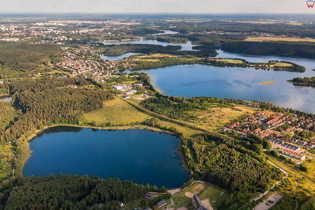 Jezioro Tyrsko na tle jeziora Ukiel. EU, PL, warm-maz. Lotnicze.