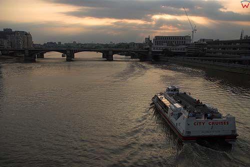 Londyn. Mosty Alexandra i Blackfriars Bridge na Tamizie.