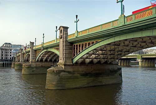 Londyn. Most Southwark Bridge na Tamizie