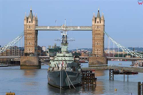 Londyn. HMS Belfast zacumowany przy Tower Bridge