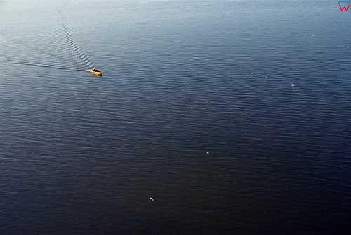 Lotnicze. Zalew Wislany, lodz rybacka plynaca do portu w Tolkmicku