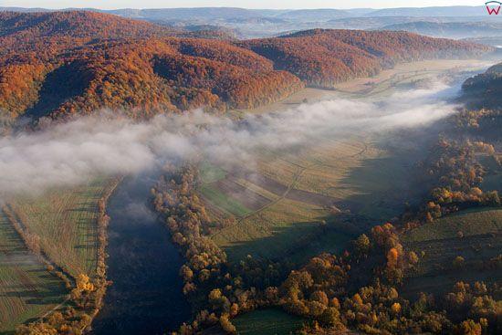 Dolina Sanu w okolicy Leska. EU, Pl, podkarpackie. Lotnicze.