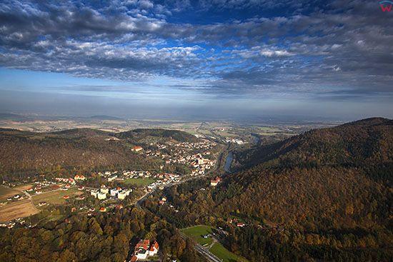 Sudety - Gory Bardzkie. W dolinie widoczna miejscowosc Bardo. EU, Pl, Dolnoslaskie. Lotnicze.