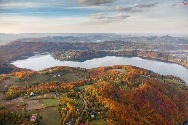 Tabaszowa, panorama przez jezioro Roznowskie. EU, Pl,, Malopolskie. Lotnicze.