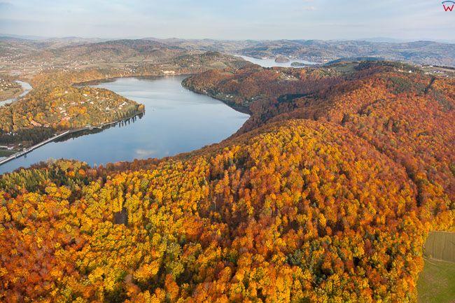 Ostra Gora na tle jeziora Roznowskiego. EU, Pl,, Malopolskie. Lotnicze.