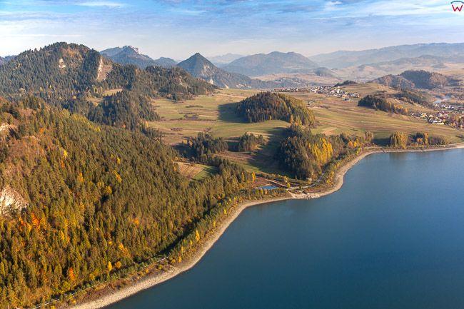 Jezioro Sromowieckie na tle Pieninskiego Parku Narodowego. EU, PL, Malopolska. Lotnicze.