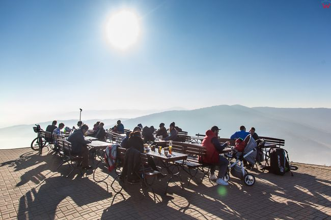 Gora Zar, turysci wypoczywajacy na wierzcholku gory. EU, Pl, Slaskie.