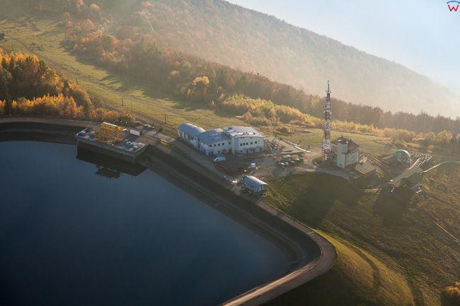 Gora Zar, zbiornik gorny elektrowni oraz infrastruktura turystyczno-wypoczynkowa na szczycie. EU, Pl, Slaskie. Lotnicze.
