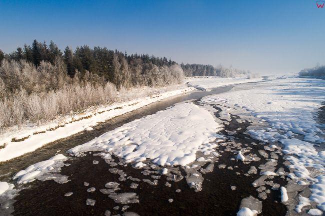 Bialka, przelom rzeki przy ujsciu do Zalewu Czorsztynskiego w zimowej scenerii. EU, PL, malopolskie, Lotnicze