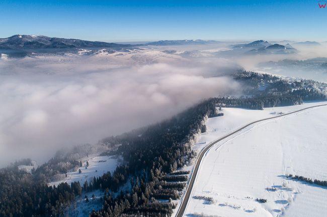 Jezioro Czorsztynskie przykryte warstwa mgiel. EU, PL, malopolskie, Lotnicze