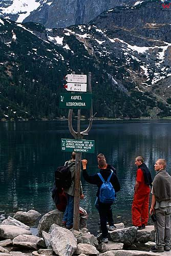 Turyści nad Morskim Okiem
