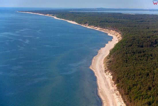 Linia brzegowa Morza Baltyckiego na wysokosci Orzechowa. EU, PL, Pomorskie, Lotnicze.