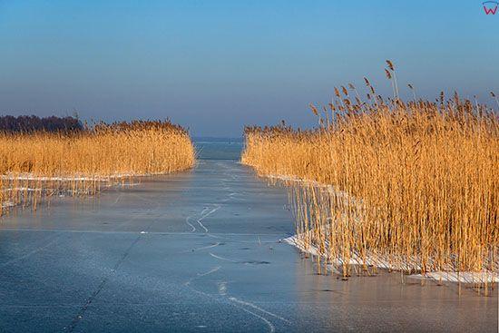 Jezioro Kisajno, zamarznieta row miedzy Wyspami Czapla i Karmuza Wielka. EU, PL, Warm-Maz.